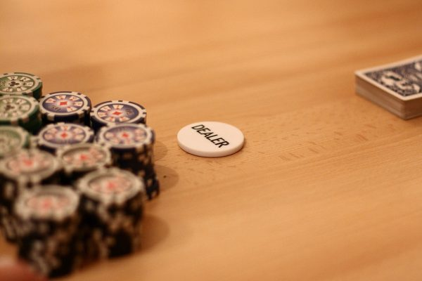 feature dealer 600x400 - How Much Can a Dealer Earn in Online Casinos Considering United States' Wage Laws